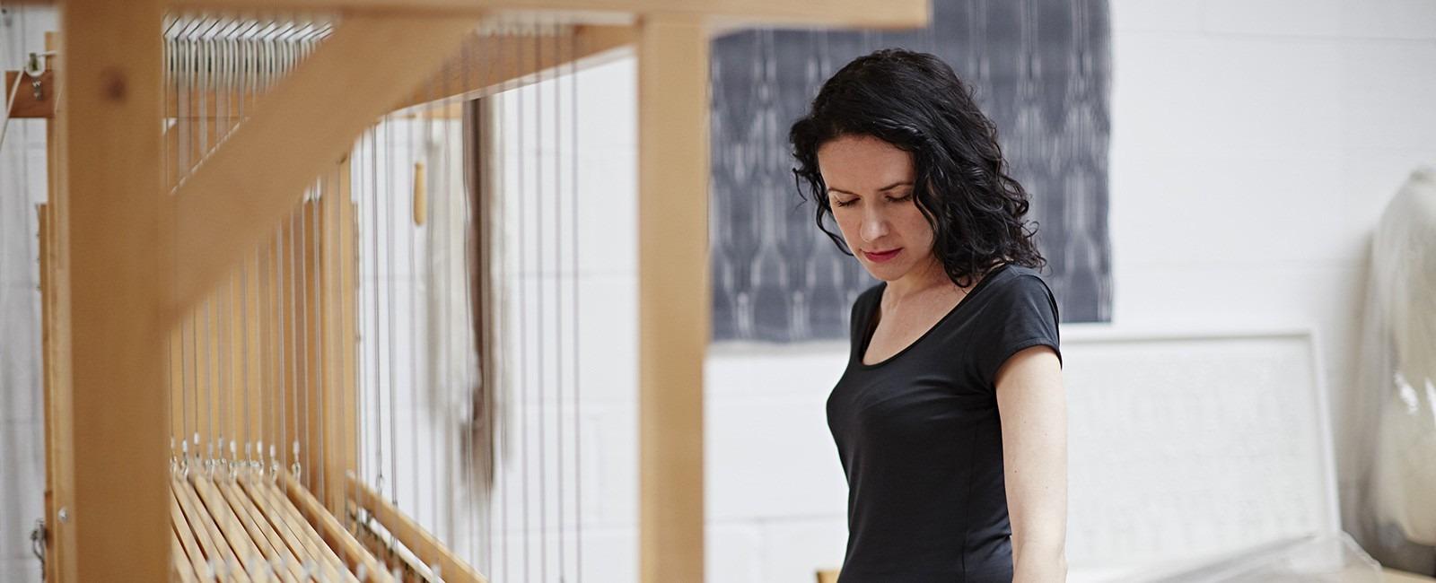 """""""Weaving with Light"""" - Primeira exposição solo de Rita Parniczky"""