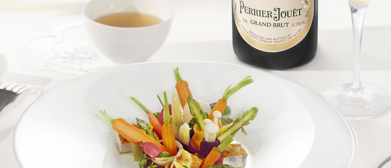 Coloridas cintas de verdura con zanahoria enana y caldo